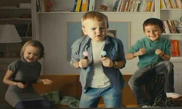 nouvelle pub TV Playstation Move PS3 avec des bébés géants