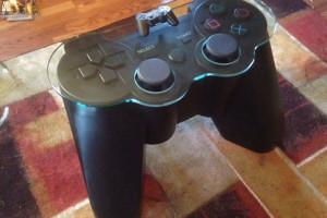 Playstation3-table-en-forme-de-manette-PS3
