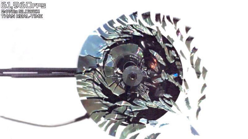 CD-qui-tourne-a-grande-vitesse-explose