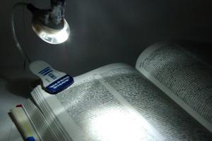 R2D2-Booklight-Lampe-LED-pour-lire-la-nuit
