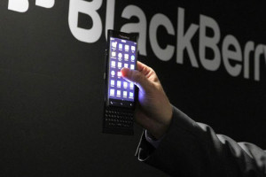 blackberry-smartphone-clavier-coulissant-bords-incurves