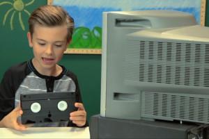 enfant-qui-decouvre-magnetscope-VHS-Video
