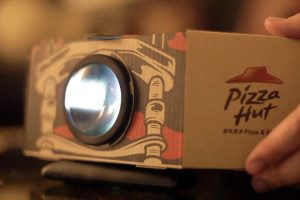 Pizza-Hut-Boite-Pizza-se-transforme-en-Projecteur-pour-Mobile
