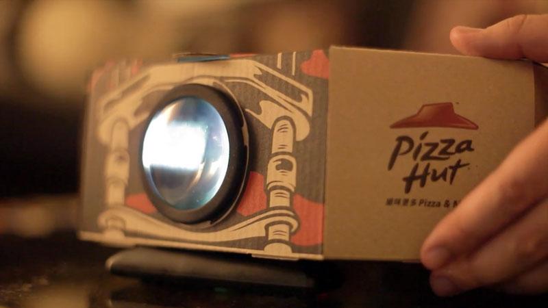 Pizza-Hut-Boite-Pizza-se-transforme-en-Projecteur-pour-Mobile