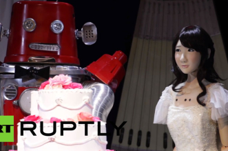 mariage-entre-2-robots-en-video